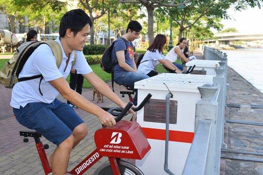 Các bạn trẻ thích thú tham gia đạp xe lọc nước bảo vệ môi trường