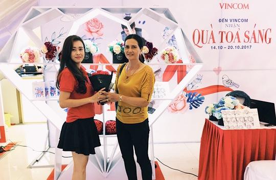 Vincom tôn vinh phụ nữ Việt với kim cương và hoa hồng - Ảnh 1.