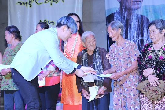 Nguyên Vũ dùng tiền bán đấu giá tặng quà cho người nghèo - Ảnh 4.