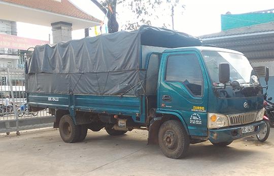 Chiếc xe tải chở con bò tang vật bị tạm giữ