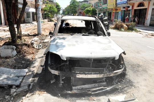 Nghi án xe Mercedes trị giá 2 tỉ đồng bị đốt trong đêm - Ảnh 2.