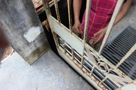 Người dân đắp đê trước cổng lên hơn 0,5m để chống nước tràn vào nhà