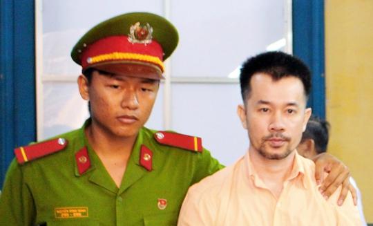 Bị cáo Phạm Trung Dũng được áp giải sau phiên tòa.