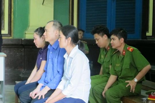 Vợ chồng Thắng và Hằng cùng em gái là Lê Thị Anh Thư tại tòa
