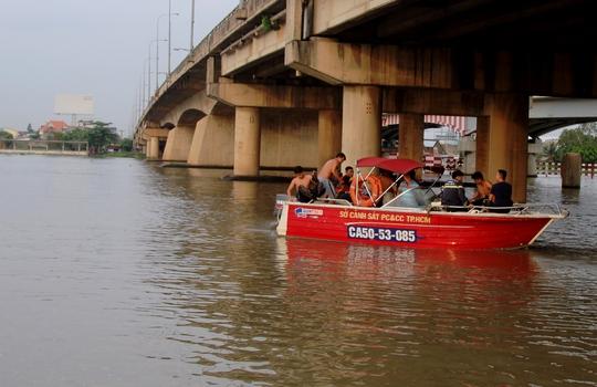 Trăm người chết sững khi thấy người nhảy sông Sài Gòn tự tử - Ảnh 1.