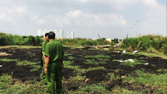 C49 Bộ Công an vừa phát hiện một bãi đất trống trong chợ Bình Điền có chứa nhiều bùn thải không nguy hại.