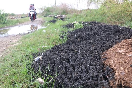 Theo C49 Bộ Công an đây là bùn thải có từ Nhà máy xử lý nước thải chợ Bình Điền.