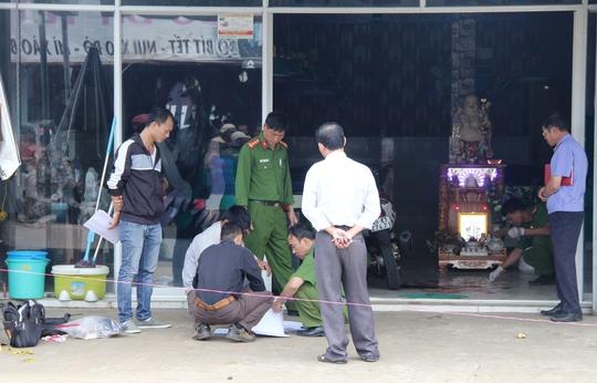 Ngày 15-4, lực lượng chức năng Lâm Đồng khám nghiệm hiện trường điều tra làm rõ.