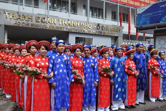 200 cô dâu, chú rể đạp xe diễu hành trong ngày Quốc Khánh - Ảnh 1.