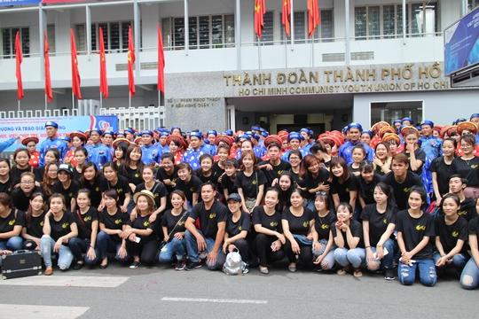 200 cô dâu, chú rể đạp xe diễu hành trong ngày Quốc Khánh - Ảnh 2.