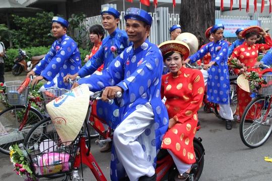 200 cô dâu, chú rể đạp xe diễu hành trong ngày Quốc Khánh - Ảnh 4.