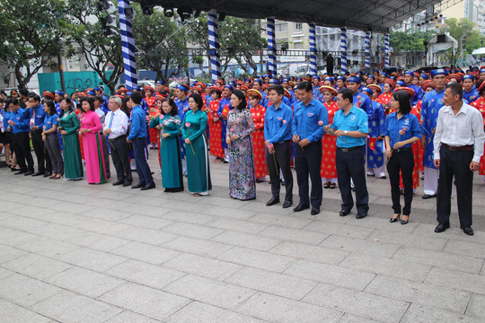 200 cô dâu, chú rể đạp xe diễu hành trong ngày Quốc Khánh - Ảnh 7.