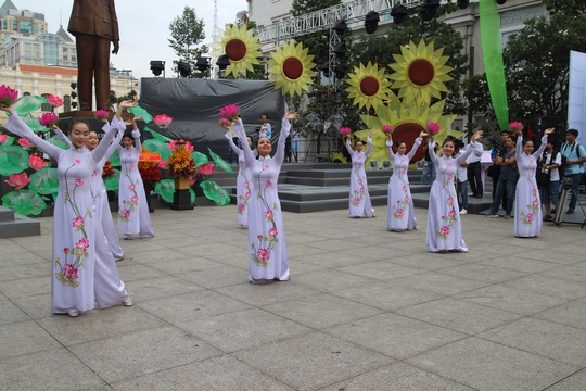 200 cô dâu, chú rể đạp xe diễu hành trong ngày Quốc Khánh - Ảnh 3.