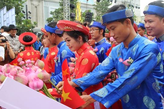 200 cô dâu, chú rể đạp xe diễu hành trong ngày Quốc Khánh - Ảnh 8.