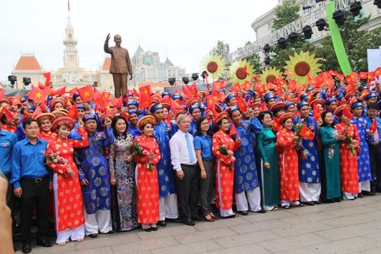 200 cô dâu, chú rể đạp xe diễu hành trong ngày Quốc Khánh - Ảnh 9.