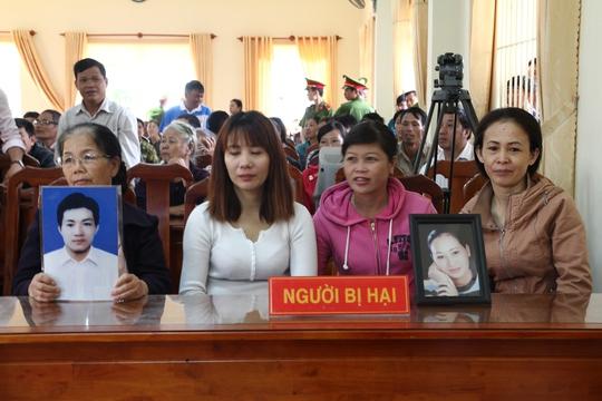 Gia đình bị hại mang di ảnh nạn nhân có mặt tại phiên tòa.