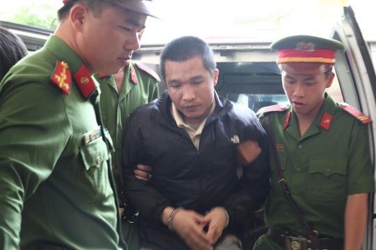 Lực lượng chức năng áp giải bị cáo Kiều Quốc Huy đến phiên tòa xét xử lưu động.