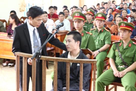 Luật sư bào chữa trao đổi với Kiều Quốc Huy.