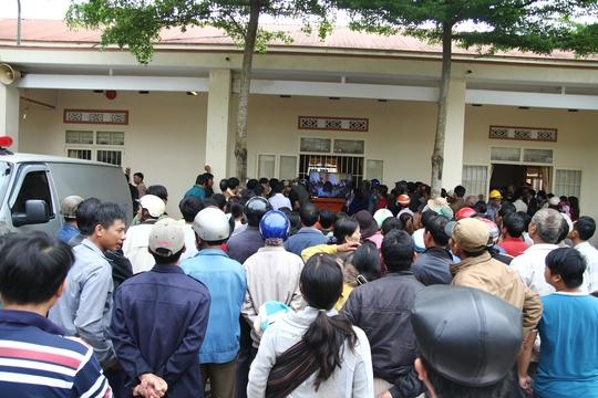 Rất đông người dân địa phương tập trung theo dõi vụ xét xử qua màn hình tivi lớn từ bên ngoài sân UBND thị trấn Lộc Thắng.