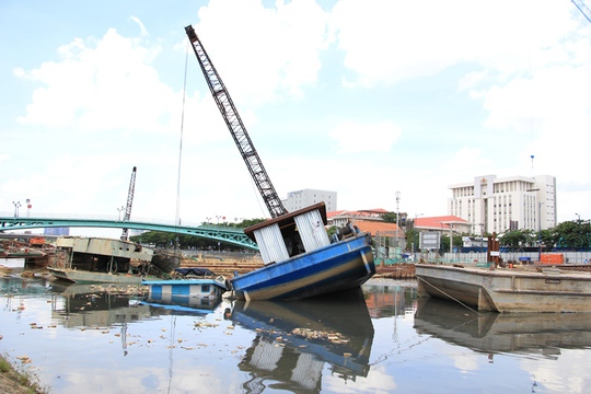 Sà lan lật, đè chìm tàu ở dự án chống ngập 10.000 tỉ đồng - Ảnh 3.