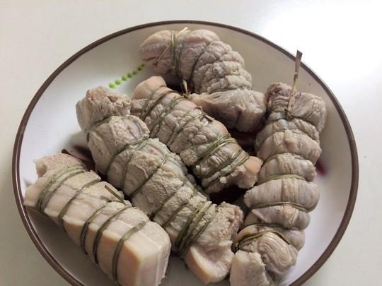 Thịt luộc xong cho vào thau nước lạnh ngâm từ 15-20 phút