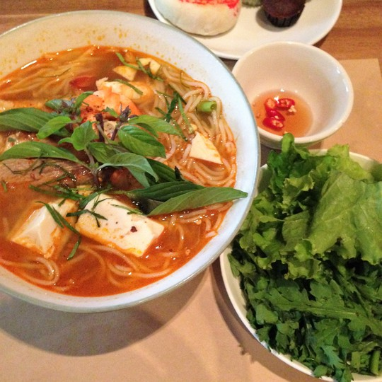 Bún Thái ăn kèm với xà lách, cải cúc và nước mắm trong