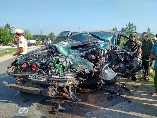 Xe con nát đầu sau va chạm với xe tải, 3 người bị thương - Ảnh 2.