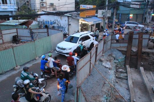 Việc thi công đào đường không hợp lý sẽ làm giảm chất lượng đường và ảnh hưởng đến việc đi lại, đời sống của người dân