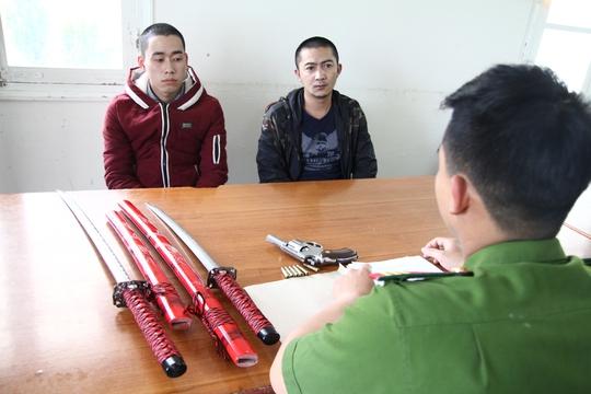 Lê Quang Trung (áo xanh đen) và Toàn tại cơ quan công an.