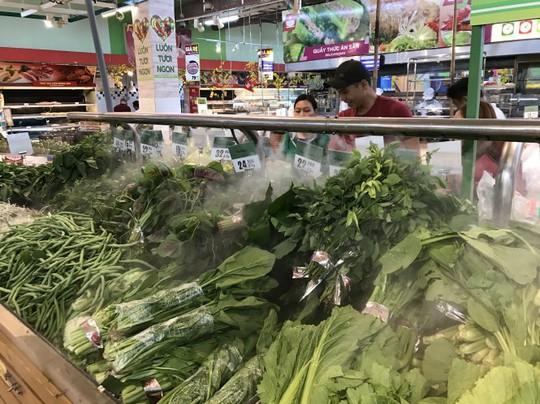 Ở nhiều siêu thị, hàng rau vẫn khá dồi dào, tươi nhờ chuẩn bị nguồn hàng sau tết tốt - Ảnh: NHƯ BÌNH
