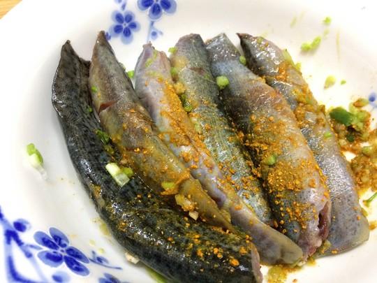 Cá chạch ướp với gia vị cho thấm