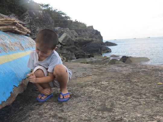 Trò chơi mà những đứa trẻ nơi đảo này yêu thích là vẽ lên những thân tàu đã mục