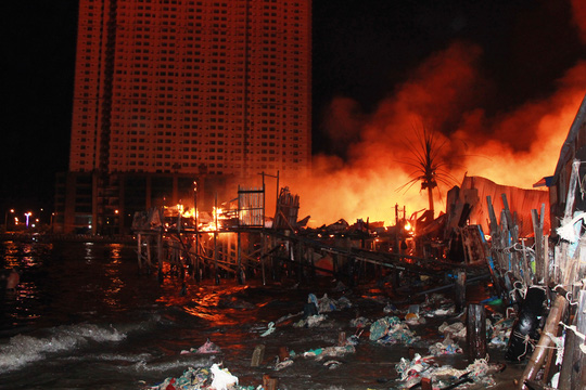 Cháy ở khu vực nhà chồ sát sông Cái Nha Trang