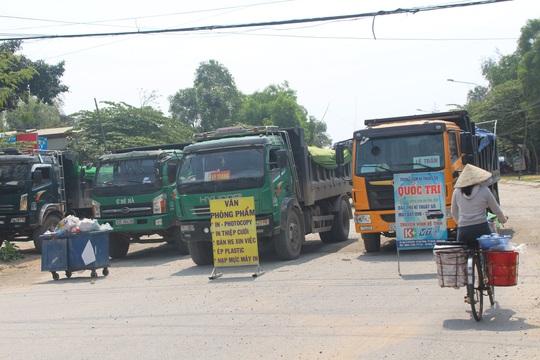 Người dân mang chướng ngại vật ra chặn đường đoàn xe gây ô nhiễm