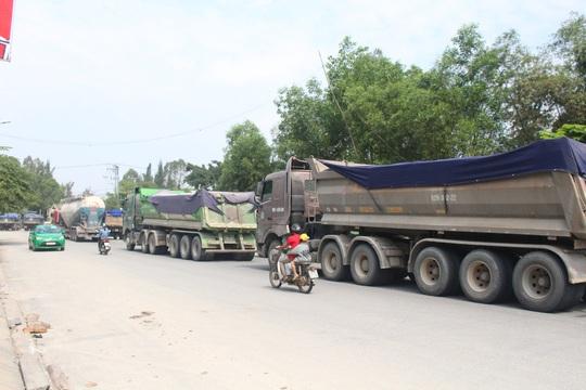 Hàng chục xe tải nối đuôi nhau trên đường