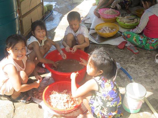 Từ nhỏ, các em đã phụ giúp việc nhà