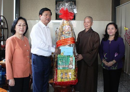 Bí thư Thành ủy TP HCM Đinh La Thăng tặng quà Hòa thượng Thích Trí Quảng. Ảnh: Bảo Nghi