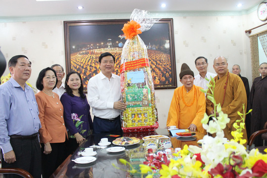 Bí thư Thành ủy TP HCM Đinh La Thăng tặng quà Hòa thượng Thích Đức Nghiệp Ảnh: Bảo Ngọc