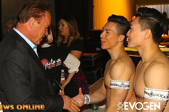 Siêu sao Arnold Schwarzenegger bắt tay chúc mừng