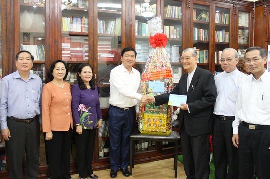 Bí thư Thành ủy TP HCM Đinh La Thăng chúc Tết Hồng y Phạm Minh Mẫn. Ảnh: Bảo Nghi