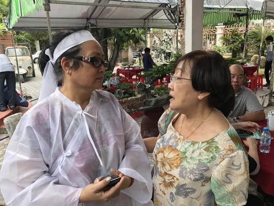 Đạo diễn Nguyễn Hồng Dung - Phó chủ tịch Hội Sân khấu TP HCM có mặt rất sớm đê lo tang lễ cho NSƯT Thanh Sang - bà là thành viên Ban Tang lễ. Người sẽ viết điếu văn truy điệu NSƯT Thanh Sang.