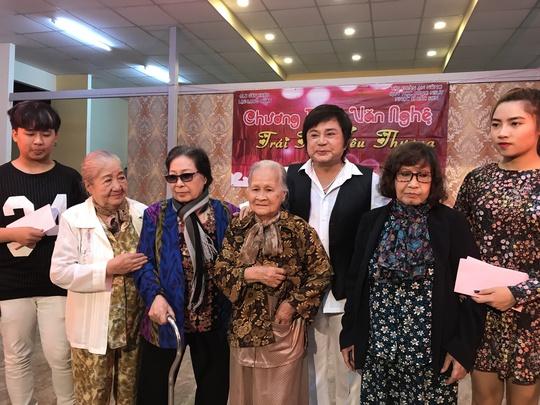 NS Châu Thanh quỳ hát tại Khu dưỡng lão nghệ sĩ - Ảnh 3.