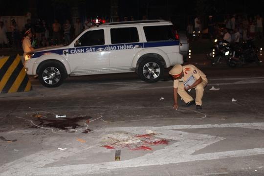 Gần 22 giờ cùng ngày, cảnh sát vẫn đang khám nghiệm hiện trường, lấy lời khai nhân chứng để làm rõ