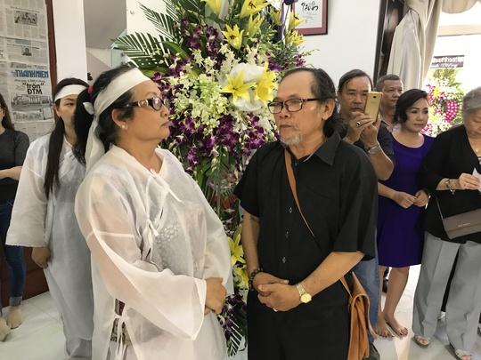 Kép độc La Kính (đoàn Kim Chung) chia buồn cùng bà Trần Ngọc Mỹ - vợ NSƯT Thanh Sang