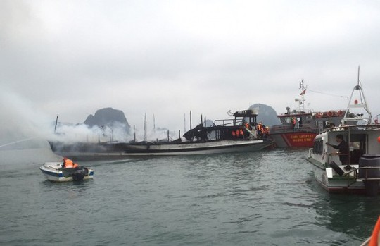 Con tàu nghỉ đêm gần như bị thiêu rụi sau khi bất ngờ bốc cháy ngùn ngụt trên vịnh Hạ Long