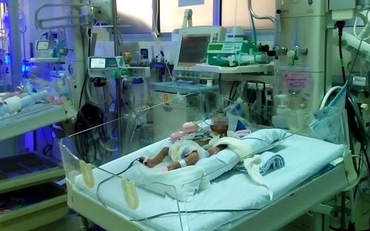 Cháu bé đang được tiếp tục chăm sóc tại Khoa Hồi sức sơ sinh