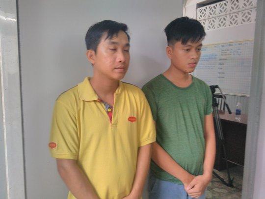 Long bờm (bên trái) và Tài nhớt tại trụ sở công an