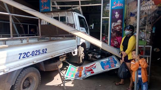 Vụ tai nạn xảy ra khiến 2 người bị thương phải đưa đi cấp cứu