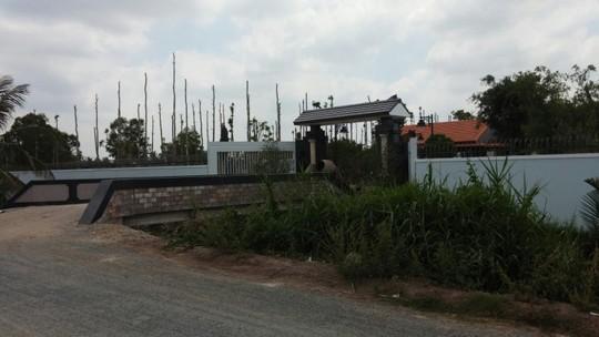 Công trình xây dựng biệt thự nhiều tỉ đồng của ông Ngọ đang trong giai đoạn hoàn thành, mặc dù chưa có giấy phép. Ảnh: PHONG KHÊ