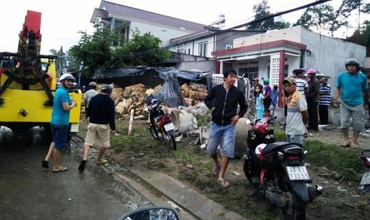 Nhiều người trong nhà thoát chết nhờ cột điện và gốc cây lớn ngăn cản khi xe tải lật nhào.